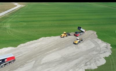 Eerste werkzaamheden Zeeheldenwijk. Het uitstorten van zand.